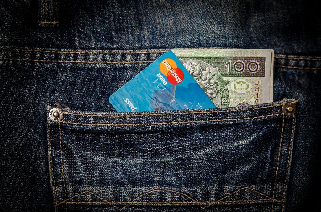 kreditkarte und geld in der tasche