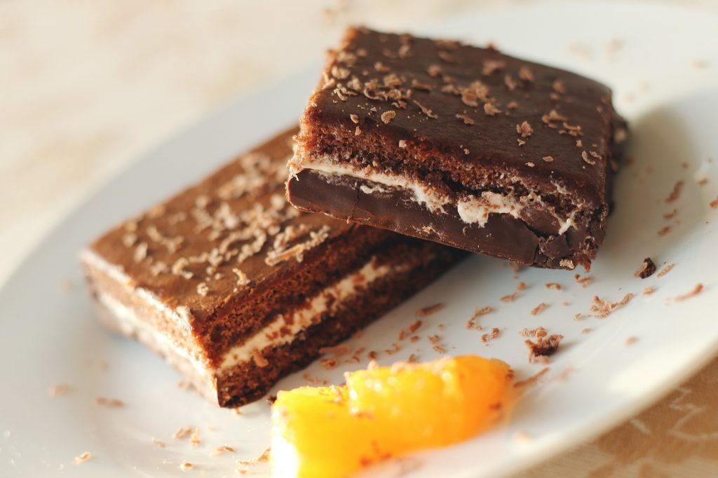 Brownies mit Obst auf Teller